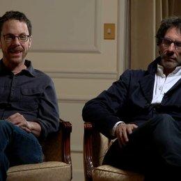 Ethan und Joel Coen - Regisseure - über das Zusammenarbeiten mit Bruno Delbonnel - OV-Interview Poster