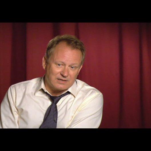 """Stellan Skarsgård (""""Kommandant Richter"""") über seine Erlebnisse am Set - OV-Interview Poster"""