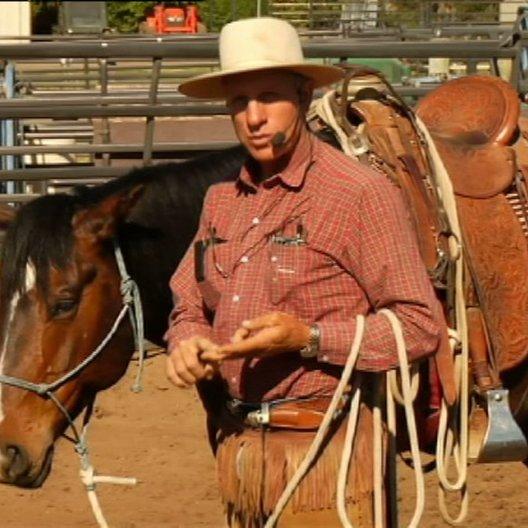 Buck erklärt den Teilnehmern was mit dem Jungpferd los ist - Szene Poster