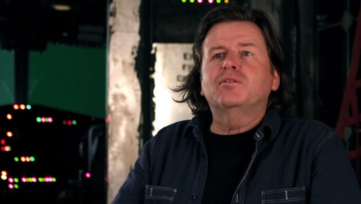 Simon West -Regie- über den Unterschied zu The Expendables - OV-Interview Poster