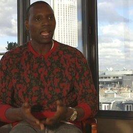 Omar Sy - Samba - über Heute bin ich Samba als ein Abbild unserer Gesellschaft - OV-Interview Poster