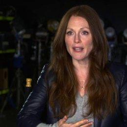 Julianne Moore - Jen Summers - über Fremde in einem Flugzeug - OV-Interview Poster