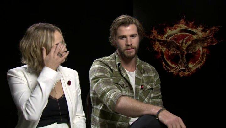 Jennifer Lawrence - Katniss Everdeen - und Liam Hemsworth - Gayle Hawthorne - über Beeinflussungen von Aussen - OV-Interview Poster