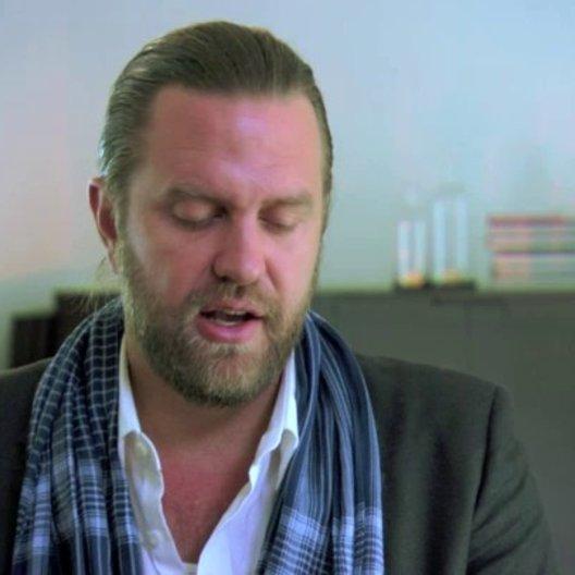 Carl Rinsch über die Geschichte - OV-Interview Poster
