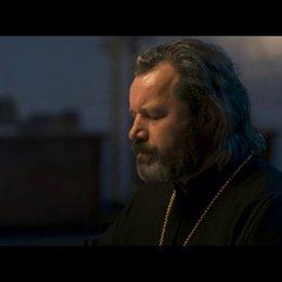Bürgermeister Vadim im Gespräch mit einem Priester. - Szene Poster