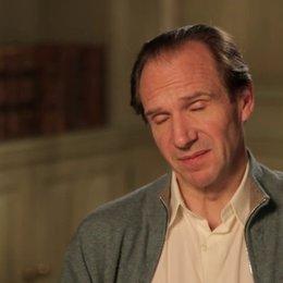 Ralph Fiennes - M. Gustave - über die Film-Sets - OV-Interview Poster
