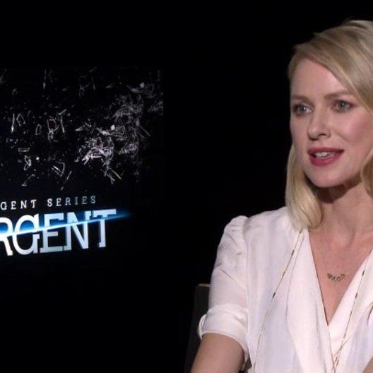 Naomi Watts - Evelyn - was Insurgent ausmacht - OV-Interview Poster
