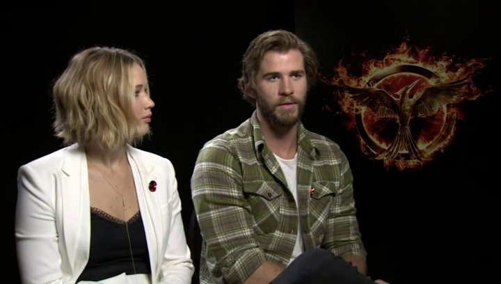 Jennifer Lawrence - Katniss Everdeen - und Liam Hemsworth - Gayle Hawthorne - über Gayle in Mockingjay Teil 1 - OV-Interview Poster
