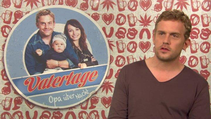 Sebastian Bezzel -Basti- darüber was mit Basti passiert als Dina vor der Tür steht - Interview Poster