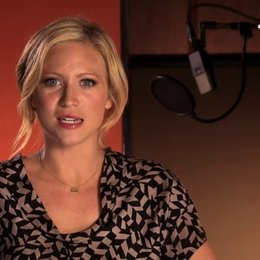 Brittany Snow über a capella - OV-Interview Poster