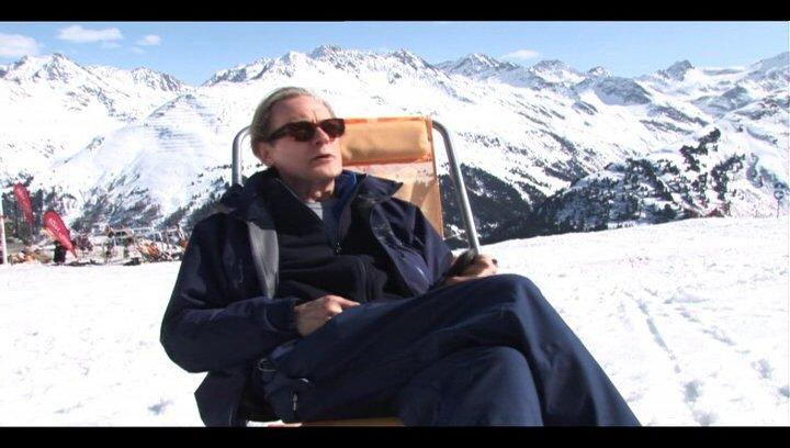 Bill Nighy (Richard) über seine Erfahrungen auf Skiern - OV-Interview Poster
