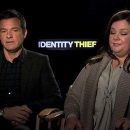 Jason Bateman und Melissa McCarthy über die Zukunft von Komödien - OV-Interview Poster