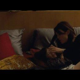 Susanna bringt Maisie ins Bett - Szene Poster
