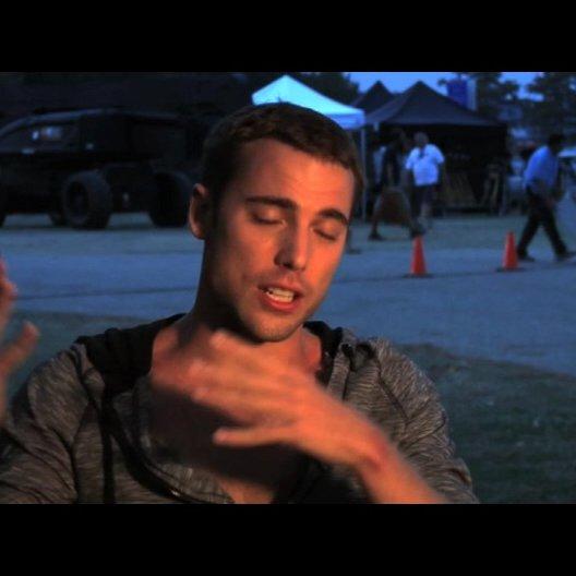 Dustin Milligan über die Arbeit mit 3D - OV-Interview Poster