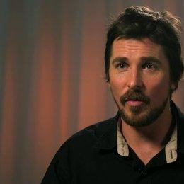 Christian Bale - Irving Rosenfeld -  über das Besondere an Irving Rosenfeld - OV-Interview Poster