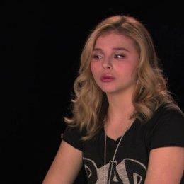 Chloe Grace Moretz darüber wieso Carrie zum Abschlussball gehen möchte - OV-Interview Poster