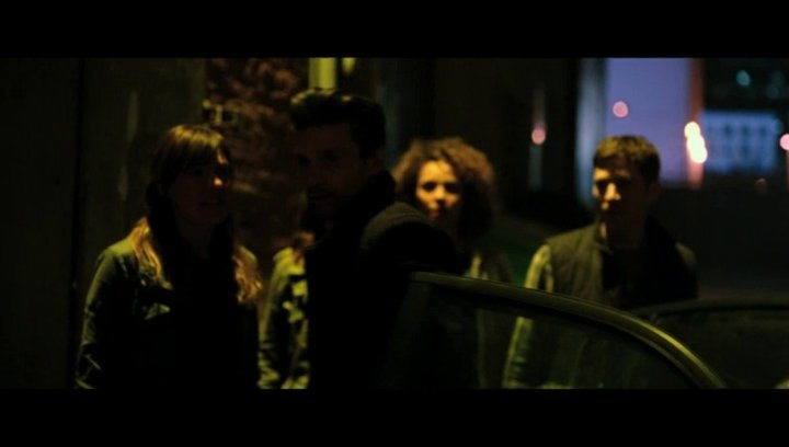 Eva überredet Sergeant, sie mitzunehmen - Szene Poster