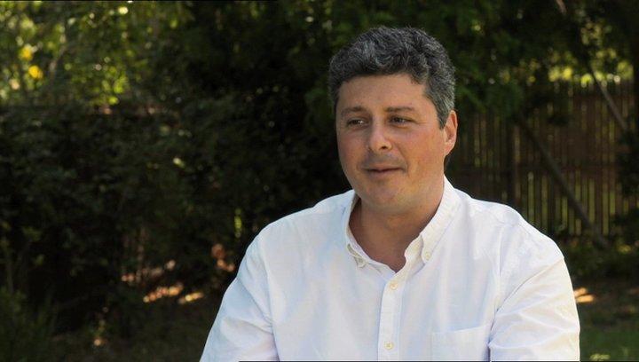 Anthony Bregman - Produzent - darüber, wie die Regie von Nicole Holofcener funktioniert - OV-Interview Poster