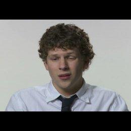 """Jesse Eisenberg (""""Mark Zuckerberg"""") über David Fincher - OV-Interview Poster"""
