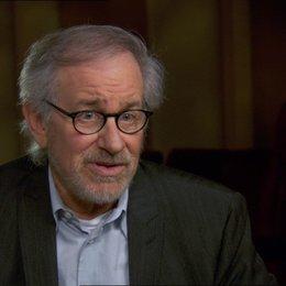 Steven Spielberg (Regisseur-Produzent) über den Film als Polit-Thriller - OV-Interview Poster