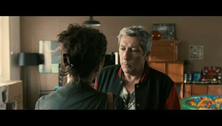 Lola (Mélanie Bernier) besucht Gilbert (Alain Chabat) während Thomas (Max Boublil) dort duscht - Szene Poster