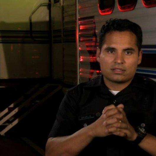 Michael Pena über die Zusammenarbeit mit dem LAPD - OV-Interview Poster