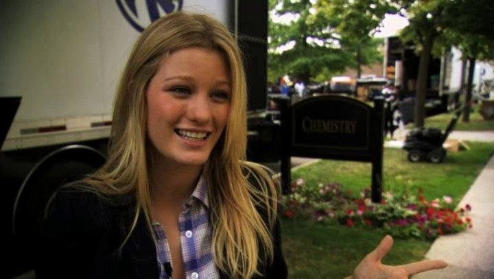 Ashley Hinshaw über Emily - OV-Interview Poster