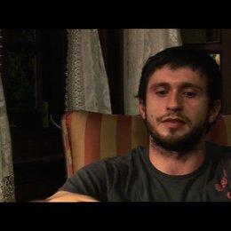 Dragos Bucur ueber seine Rolle - OV-Interview Poster