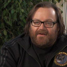 John Moore (Regisseur) über Jai Courtney - OV-Interview Poster