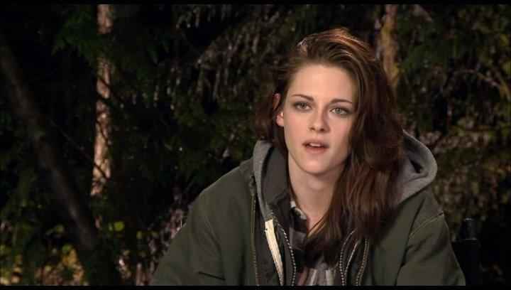 Kristen Stewart (Bella Swan) - über die Beziehung zwischen Bella und Edward - OV-Interview Poster