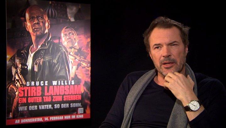 Sebastian Koch (Komarov) über die Arbeit mit Jai Courtney - Interview Poster