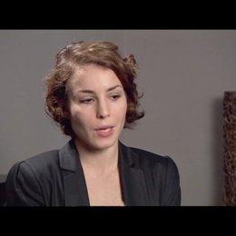 Noomi Rapace (Lisbeth Salander) über Lisbeths Verhältnis zu Mikael - OV-Interview Poster
