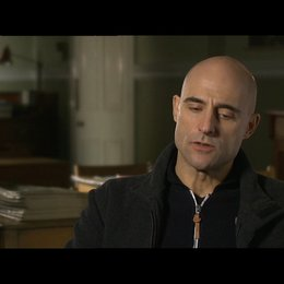 MARK STRONG -Jim Prideaux- über die Skalpjäger - OV-Interview Poster