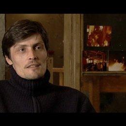 Stipe Erceg - Jones - über die Arbeit mit Liam Neeson - OV-Interview Poster