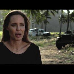 Angelina Jolie über den harten Weg eine Regisseurin zu werden - OV-Interview Poster