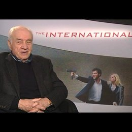 Armin Mueller-Stahl zu THE INTERNATIONAL - Interview Poster