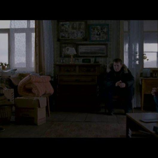 Angela versucht, als alte Freundin von Lilya, deren Sohn Roma zu trösten. - Szene Poster