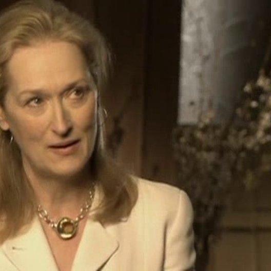 Interview mit Meryl Streep über die Figur Miranda Priestley und ihre Kollegen - OV-Interview Poster