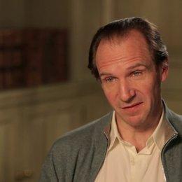 Ralph Fiennes - M. Gustave - über Tony Revolori als Zero - OV-Interview Poster