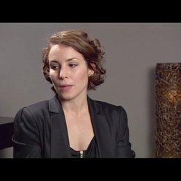 Noomi Rapace (Lisbeth Salander) über Lisbeths Versuche, ihre Liebe zu Mikael zu unterdrücken - OV-Interview Poster