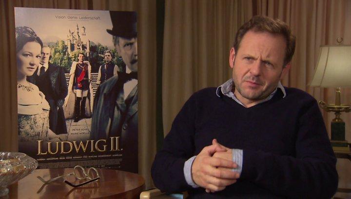 Samuel Finzi über das Mitgefühl des Lakais für seinen König - Interview Poster