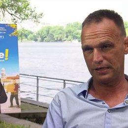Vinko Brešan Regisseur über Komödie und Tragödie, über den Drehort und die Schönheit der adriatischen Küste - OV-Interview Poster