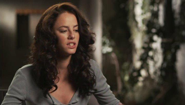 Kaya Scodelario - Teresa - über Dylan OBrien - OV-Interview Poster