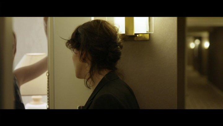 Juliette Binoche vor der Tür von Escort Alicja - Szene Poster