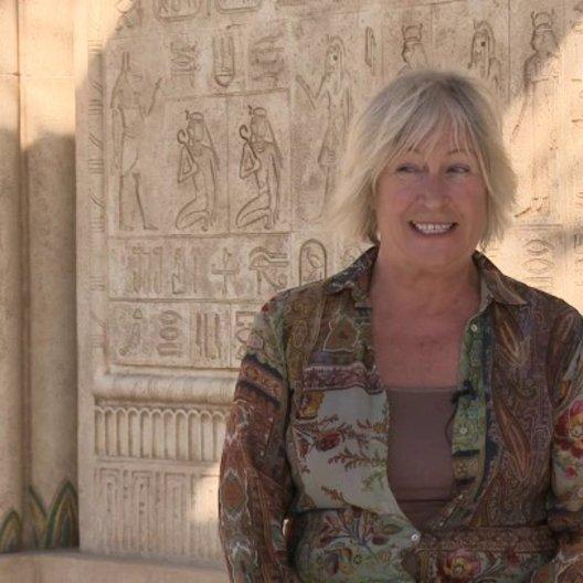 Janty Yates über das Zeitalter für das sie designt hat - OV-Interview Poster