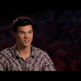 Taylor Lautner (Jacob Black) - über Jacobs Reaktion auf Bellas Schwangerschaft - OV-Interview Poster