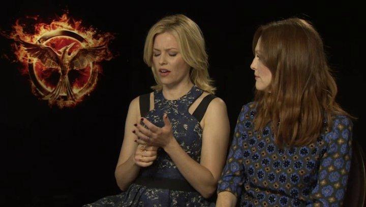 Julianne Moore - Praesidentin Coin - und Elizabeth Banks - Effie Trinket - über die Sets - OV-Interview Poster