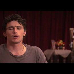 """James Franco (""""David Piccolo"""") über Ähnlichkeiten zwischen Elizabeth Gilbert und Julia Roberts - OV-Interview Poster"""