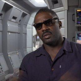Idris Elba über das Set - OV-Interview Poster