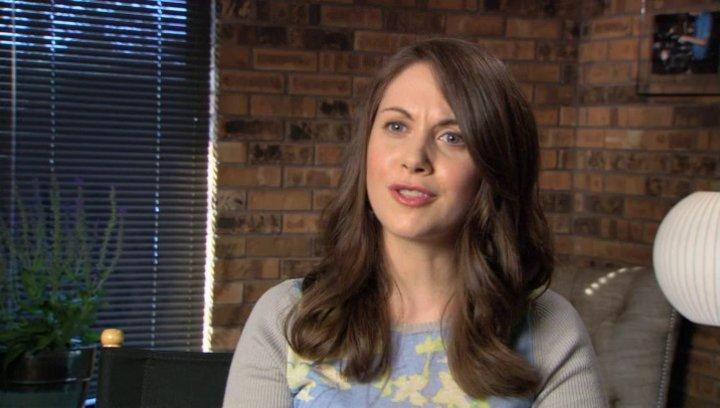 Alison Brie über die Beziehung zwischen Suzie und Violet - OV-Interview Poster